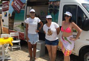 Coordenadora de Marketing da Empresa Paraibana de Turismo S/A PBTUR, Debora Luna, atendendo aos turistas na Praia de Tambaba, Município de Conde
